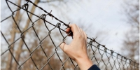 Фото: https://st2.depositphotos.com/4718035/9002/i/950/depositphotos_90028316-stock-photo-woman-reaching-for-barbed-wire.jpg - Kgzt.Ru